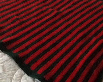 Crocheted lap afghan in hunter green and red