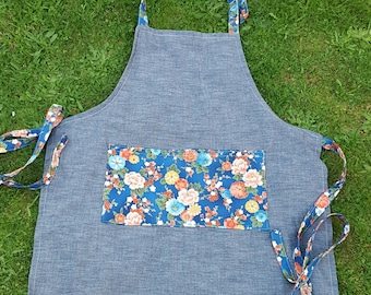 Apron in denim with flowers
