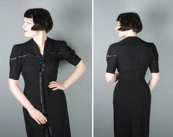 des années 40 robe en crêpe noir avec des rangées de petits boutons et satin devant kick pli - robe de femme fatale film gothique noir - S