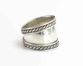 Sterling silver band ring with rope bands on the edges, small size, wider at front, stamped 925, 4 grams, size L.5 / 6, circa 1970s