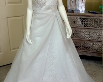 Gorgeous 90's Strapless Wedding Dress White Organza Beaded Lace Appliqué Wedding Gown /Chapel Train size 24 Bust 46""