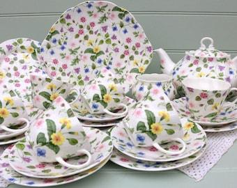 Vintage Queens Tea set for 6+Tea pot