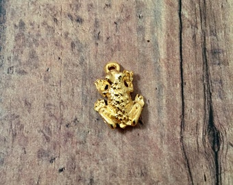Frog charm 3D shiny gold plated pewter (1 piece) - gold frog pendant, toad charm, fairy tale charm, reptile charm, toad pendant
