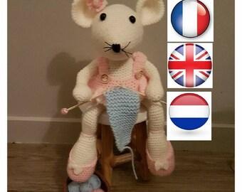 """Français, Anglais et Néerlandais   PDF PATRON TUTORIEL de """" la souris tricoteuse"""" réalisée au crochet"""