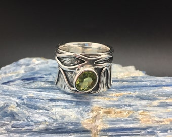 Wide Band Peridot Ring // 925 Sterling Silver // Etched Oxidized Setting // Designer Peridot Ring