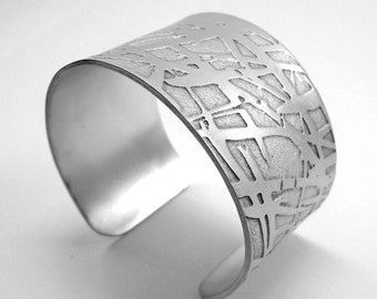 Open cuff bracelet, aluminum chemically etched and hand-forged, with matte finish. Personalized text