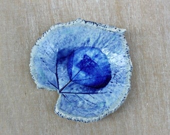 Ceramic soap dish, leaf decoration, blue white porcelain, blue home decor, blue gift, blue decoration, leaf home decor, porcelain gift, leaf