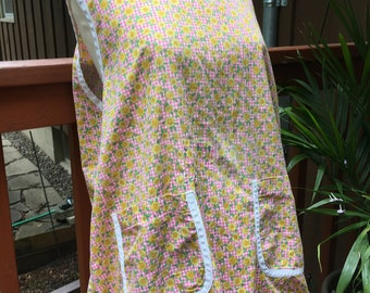 Cute Old Fashioned Vintage Smock Apron with Pockets and Yellow Daisy Print