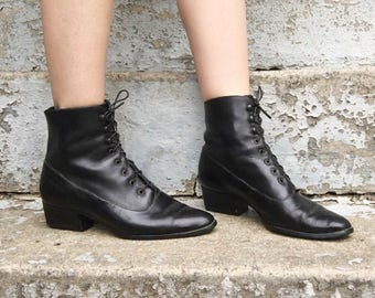 Vintage 80s Ravel Black Leather Pointed Toe Lace Up Stacked Heel Super Witchy Victorian Boots 6