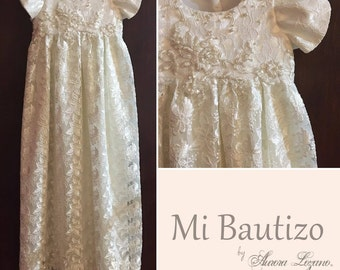 Robe of lace with pearls