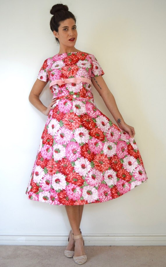 SUMMER SALE / 20% off Vintage 50s 60s Dahlia Print Polished Cotton Full Skirt and Button Back Blouse 2 Piece Set