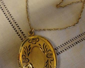 Vintage OVAL Locket Etched Picture Locket with 12K GF Chain Valentine Present