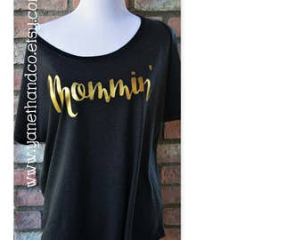 Mommin' Off the Shoulder top,Mommin' Dark Gray and Gold Shirt top,Mom Off the shoulder t-shirt,Gold Mommin design,Light weight mom shirt