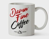 Taza con ilustración exclusiva Twin Peaks - David Lynch Mug Damn Fine Coffee Hipster Laura Palmer TV serie cult gift