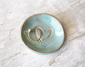 HEART RING DISH party favor bridesmaid gift, bridal shower favor green wedding ring plate jewelry holder ceramic jewelry tray clay ring dish