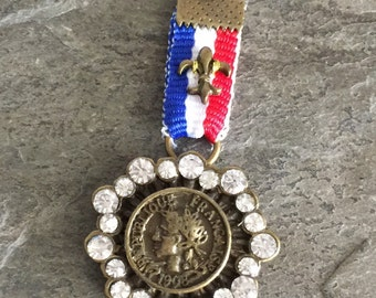 red white blue ribbon medal pendant fleur de lis charm vintage style french coin rhinestones bronze military badge jewlry component
