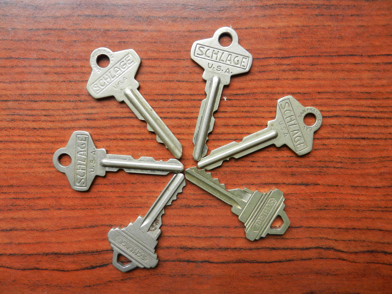 Old schlage house keys vintage brass keys frount door for Classic house keys samplephonics