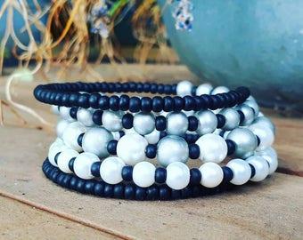 Wrap bracelet mat black, white and silver.
