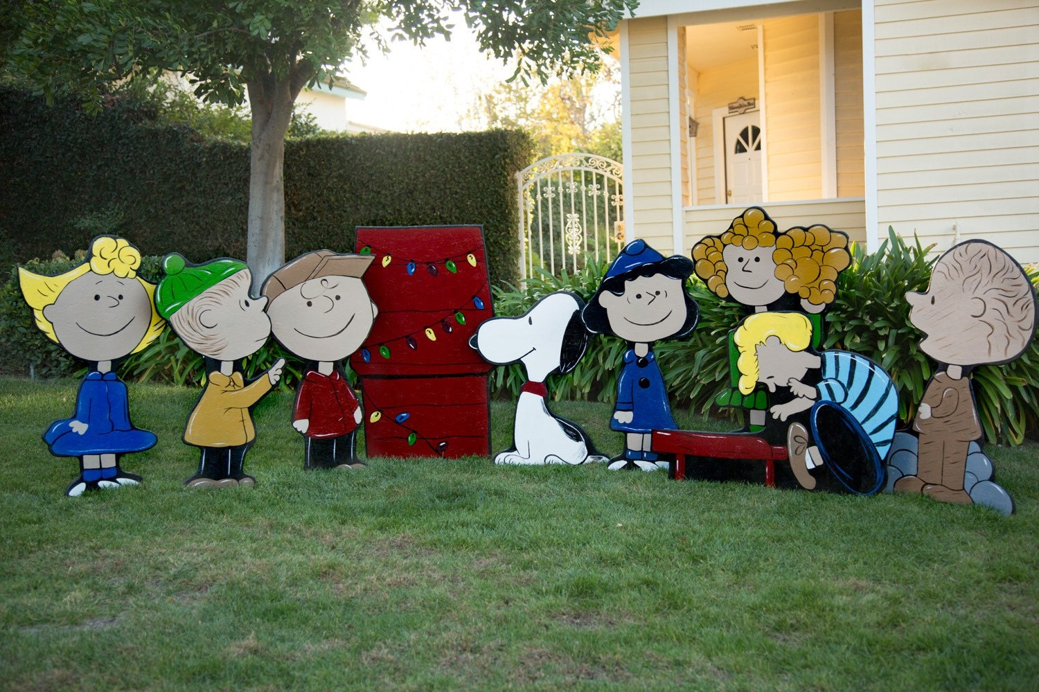 Charlie brown christmas lawn decorations for Holiday lawn decorations