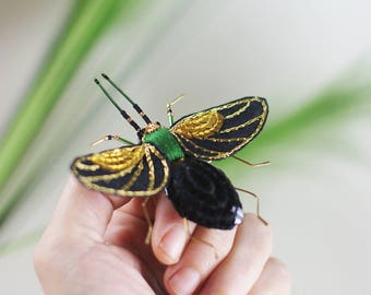 large pin embroidered in volume, flying insect embroidered by hand, insect brooch, pin embroidered sequins unique piece