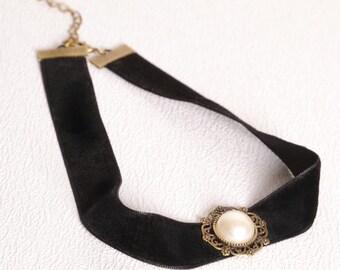 Beautiful black vevlet pearl choker