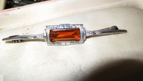 Lovely vintage 1940s Edwardian silvertone amber glass bar brooch