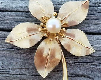 Very Pretty Vintage Gold-tone Flower Brooch With Faux Pearl Accent