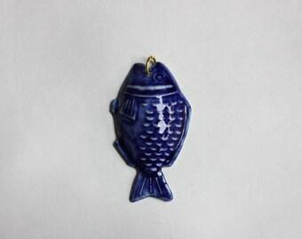 Ciondolo Pesce in porcellana. Tecnica colaggio.