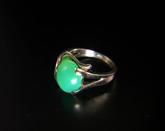 Vintage 14K yellow gold ring with apple green jade cabochob, size 5.5, weight 4.4 grams