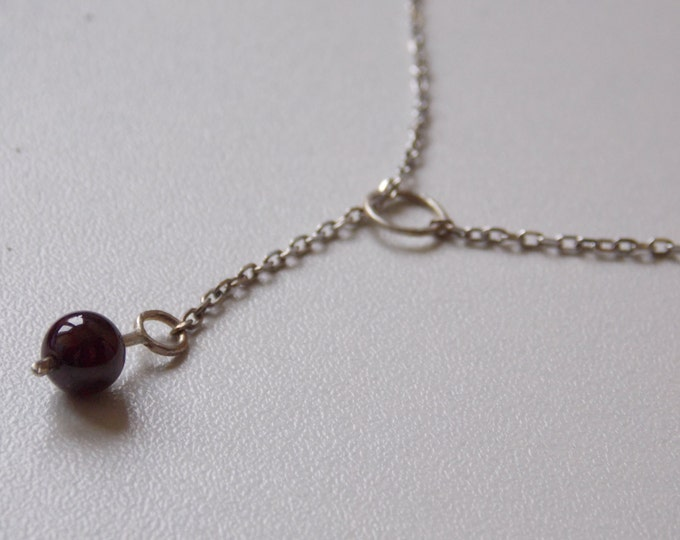 Modern silver chain necklace with a ring hammered effect and a pearl of garnet for woman