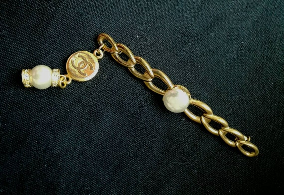 Vintage gold plated brooch with dangle