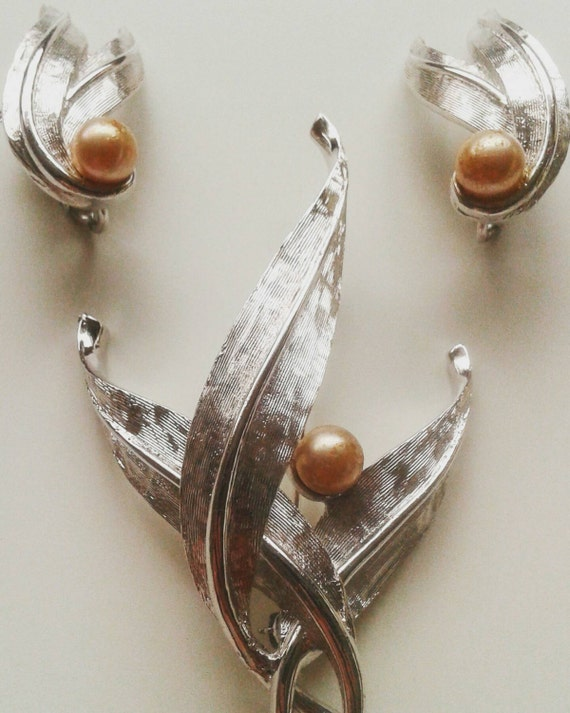 Vintage signed boucher demi set leaf with pearls silver color