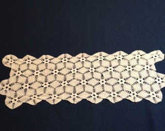 Vintage white dresser scarf in a thread crochet pattern of flowers and diamonds.