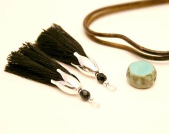 2 black PomPoms, Pearl black, Cap Silver Flower faceted