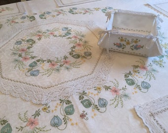 Linen tablecloth, napkins, breadbasket