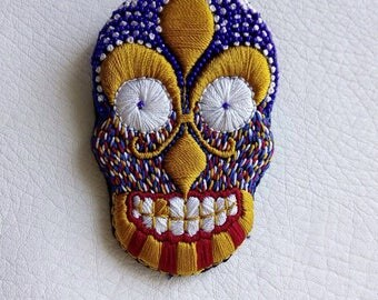 "Embroidered skull brooch hand ""Royalty"""