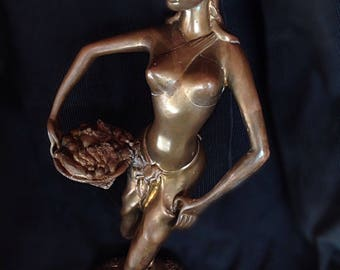 Sculpture statue in bronze representing a woman and her exotic basket H 42