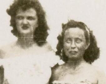 vintage photo 3 Women Unusual Eyes Closed Strange Square Snapshot Bathing Beauties