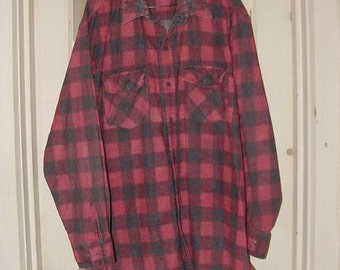 Vintage Flannel Shirt red black Buffalo Check Plaid regular weight broken-in faded | rustic Grunge Hobo unisex