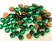 Vintage German Glass NOS Rhinestones EMERALD GREEN Round Gold Foil Flat Back Cabochons 7mm pkg20 gl880