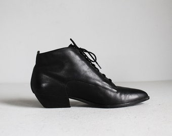vintage black leather lace up ankle boots w/ low heels / 9