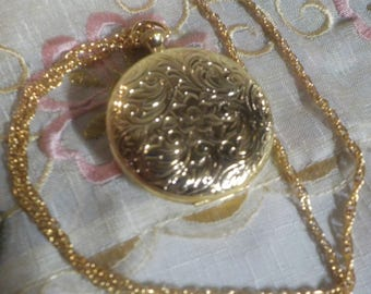 Beautiful Locket Pendant - Gold Tone - Gift - 22 inch chain - Locket Necklace