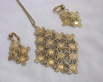 Vintage GOLDEN PETALS pendant necklace & clip on earring set by Sarah Coventry