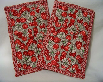 PK Quilted Plate Pad Set in Polka Dot Flowers in Red - Pot Holders - Hot Pad - Plate Pads - Set of Two - Ready To Ship