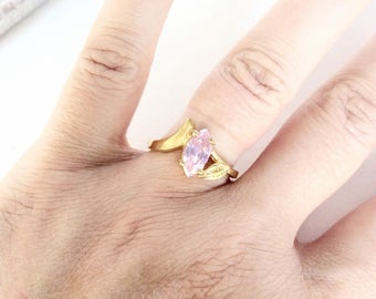 Rhinestone ring size 8.25 gold tone vintage cocktail ring with simulated pink stone