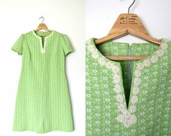 FALL SALE 15% OFF Vintage 60s Pale green Daisy print dress A-line Embellished daisies collar Plus size / size X-large
