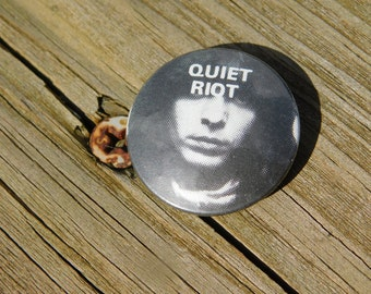 Vintage 1980's Hard Rock Heavy Metal Band Quiet Riot Pin Pinback Button Dr43