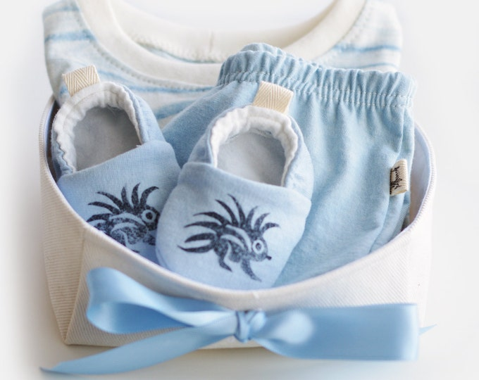 Organic Baby Shibori Gift Basket for Boys with T-shirt, Harem Shorts and Booties / Baby Boy Gift Basket / Baby Shower Gift