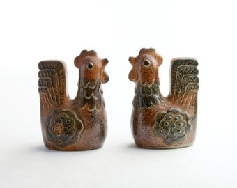 Mid-Century stoneware chicken salt and pepper shakers – vintage ceramic rooster salt and pepper shakers – Japanese pottery