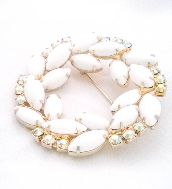 Vintage white julianne milk glass aurora borealis wreath circle gold brooch sweater pin